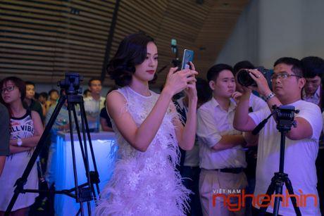 'Co Tam' Ha Vi so huu Galaxy S7 edge xanh san ho dau tien Viet Nam - Anh 3