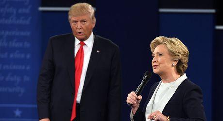 Trump tiep tuc but pha va dan truoc doi thu Clinton - Anh 1