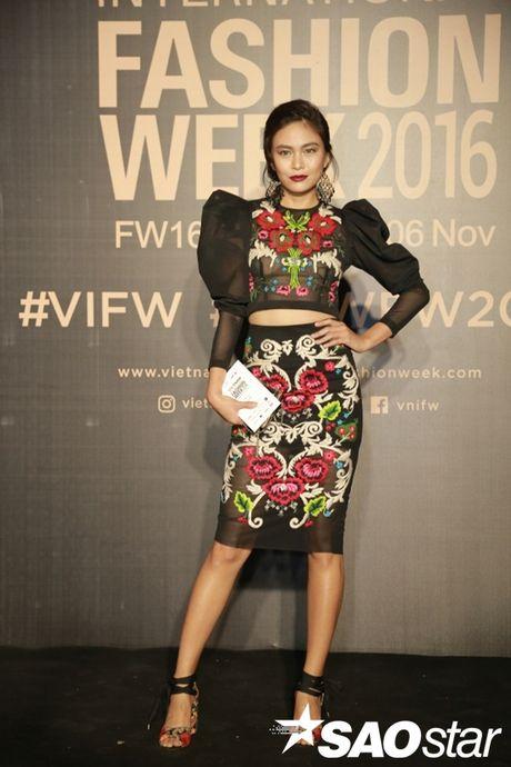 Tham do VIFW #day3: A hau Tu Anh khoe vai tran voi vay cup nguc ben loat my nhan dien ao dai - Anh 10