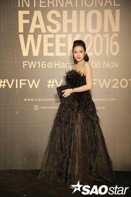 Tham do VIFW #day3: A hau Tu Anh khoe vai tran voi vay cup nguc ben loat my nhan dien ao dai - Anh 1