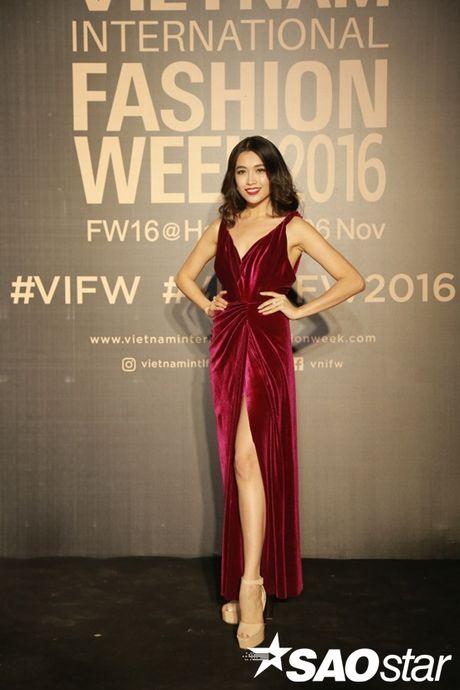 Tham do VIFW #day3: A hau Tu Anh khoe vai tran voi vay cup nguc ben loat my nhan dien ao dai - Anh 3