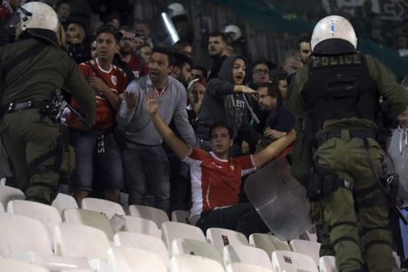Bao luc kinh hoang tai Europa League - Anh 4