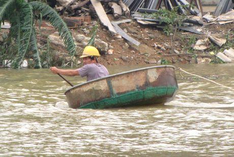 Nguoi dan lan ngup trong bien nuoc o tam lu Quang Binh - Anh 10