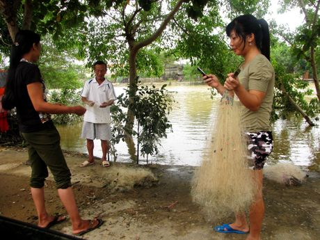 Nguoi dan lan ngup trong bien nuoc o tam lu Quang Binh - Anh 11