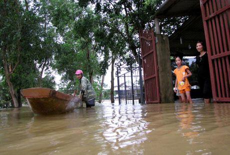Nguoi dan lan ngup trong bien nuoc o tam lu Quang Binh - Anh 2