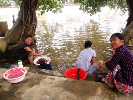 Nguoi dan lan ngup trong bien nuoc o tam lu Quang Binh - Anh 9