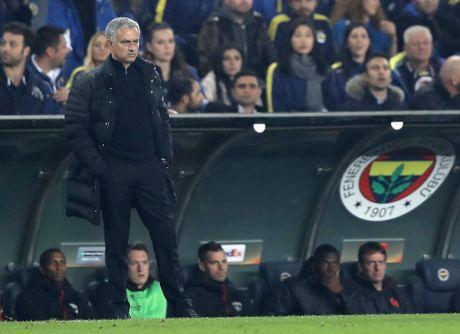 Thua Fenerbahce, Mourinho trut gian len hoc tro - Anh 2