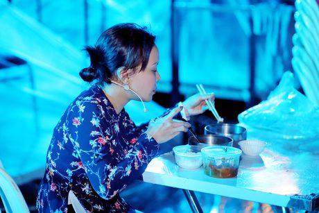 Viet Huong ra san bay don chong va con gai ve Viet Nam - Anh 7