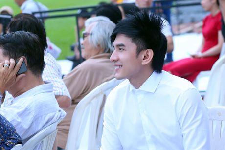 Viet Huong ra san bay don chong va con gai ve Viet Nam - Anh 8