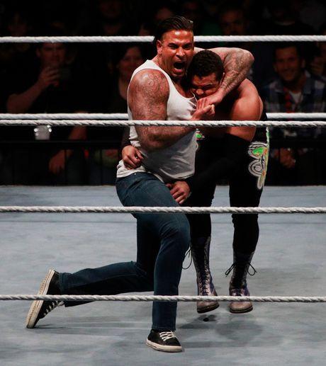 Cuu thu thanh Duc dung manh tren san WWE - Anh 2