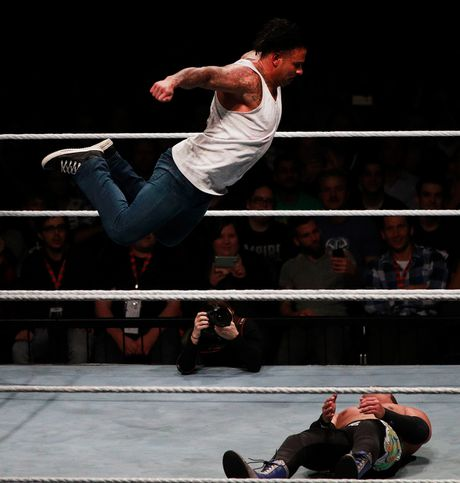 Cuu thu thanh Duc dung manh tren san WWE - Anh 3