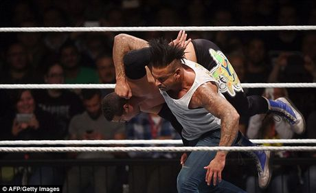 Cuu thu thanh Duc dung manh tren san WWE - Anh 4