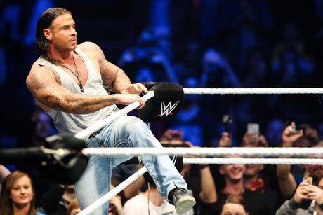 Cuu thu thanh Duc dung manh tren san WWE - Anh 9