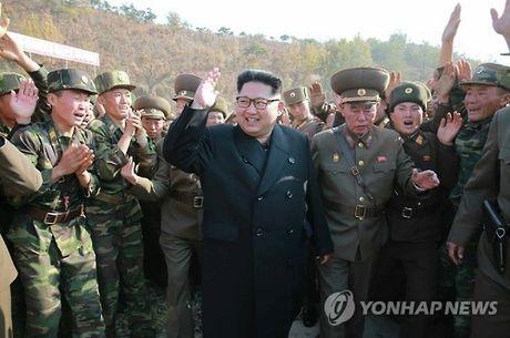 Ong Kim Jong-un xuat hien cung quan chuc nghi bi xu tu - Anh 1