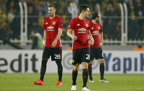 CAP NHAT tin sang 4/11: Man United se 'khon kho' them 2 nam nua. Mourinho chi trich dich danh Mkhitaryan - Anh 2