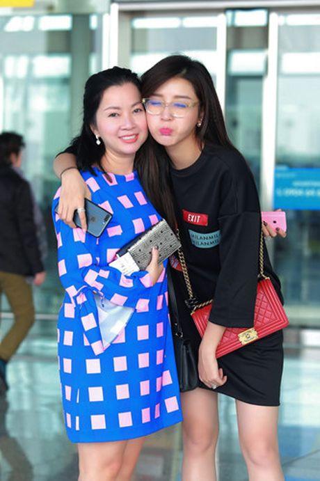 A hau Huyen My nung niu me tai san bay - Anh 5