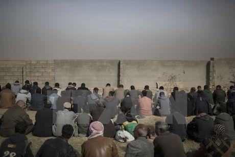 Danh bom doan xe cho nguoi dan Iraq chay nan, 18 nguoi chet - Anh 1