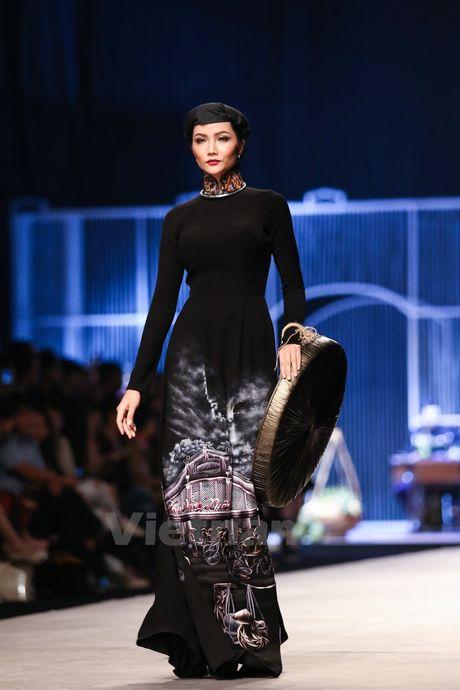 Den Fashion Week 2016 ngam ao dai cua nha thiet ke Dinh Van Tho - Anh 10