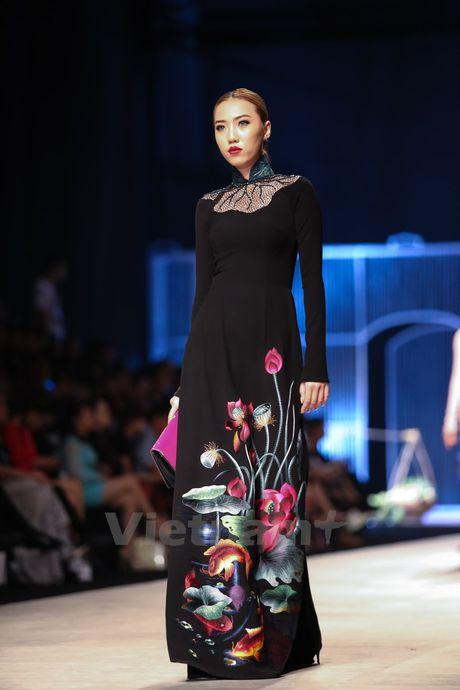 Den Fashion Week 2016 ngam ao dai cua nha thiet ke Dinh Van Tho - Anh 19
