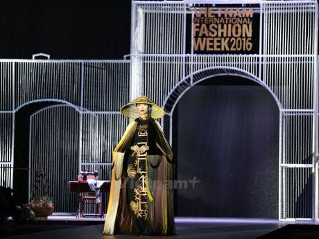 Den Fashion Week 2016 ngam ao dai cua nha thiet ke Dinh Van Tho - Anh 1