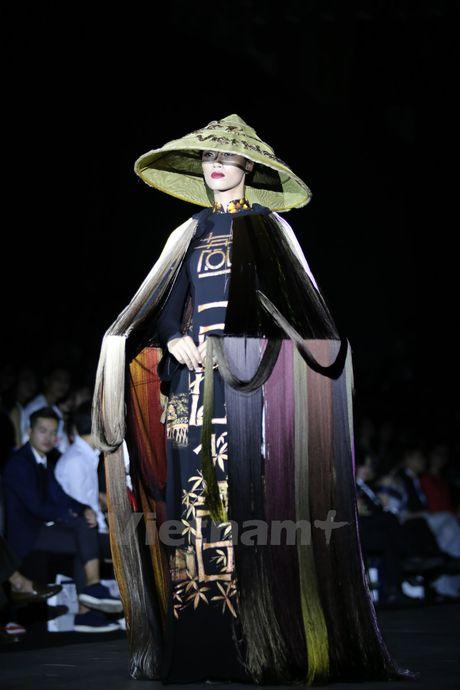 Den Fashion Week 2016 ngam ao dai cua nha thiet ke Dinh Van Tho - Anh 2