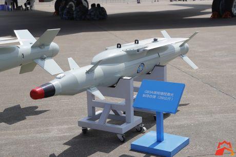 Giat minh kho vu khi may bay nem bom H-6K Trung Quoc - Anh 5