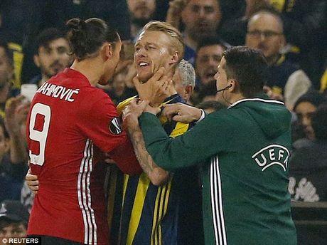 Ibrahimovic thoat an phat tu UEFA - Anh 1
