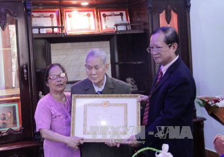 Viet kieu Lao dau tien duoc trao Huy hieu 65 nam tuoi Dang - Anh 1