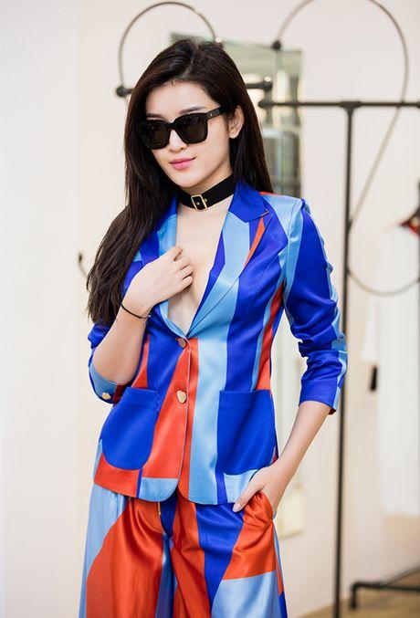 Huyen My lap lo vong 1, Phi Phuong Anh keo vai ao tre nai - Anh 2