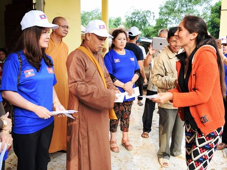 Tieu thuong Viet tai Luang Prabang va chua Phat Tich ung ho vung lu - Anh 3