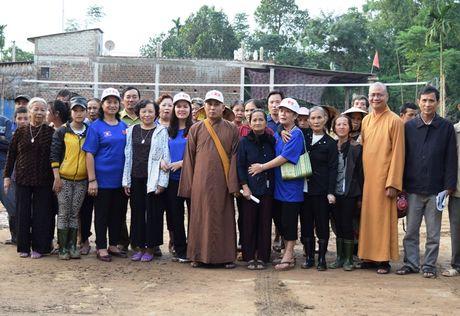 Tieu thuong Viet tai Luang Prabang va chua Phat Tich ung ho vung lu - Anh 5