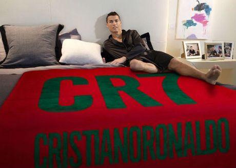 Ronaldo lai khoe anh nguc tran, mo mang ben khom hoa - Anh 2