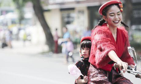 Mau Thuy mac an tuong tren duong pho Ha Noi - Anh 4