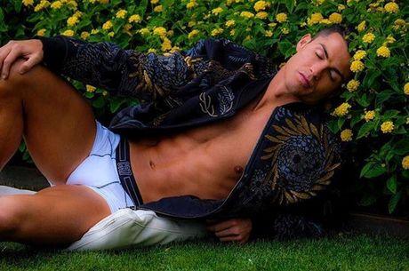 Ronaldo lai gay soc voi hinh anh qua... nu tinh - Anh 2