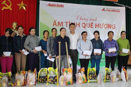 Bao Kinh te & Do thi chung tay cung ba con vung lu Quang Tri 'Am tinh que huong' - Anh 1