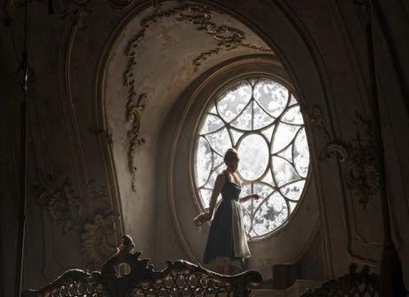 Hinh anh dau tien cua Emma Watson trong chiec vay vang cua Belle (Phan 2) - Anh 4