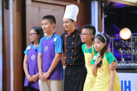 Vua dau bep nhi: Khong chi cac dau bep nhi, Chef Jack Lee va Alain Nguyen cung 'hoang loan' khi lam doi truong - Anh 6