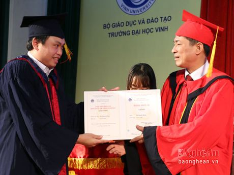 Dai hoc Vinh: Trao bang tien sy, thac sy cho hon 1.000 hoc vien, nghien cuu sinh - Anh 2