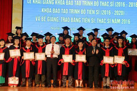 Dai hoc Vinh: Trao bang tien sy, thac sy cho hon 1.000 hoc vien, nghien cuu sinh - Anh 3