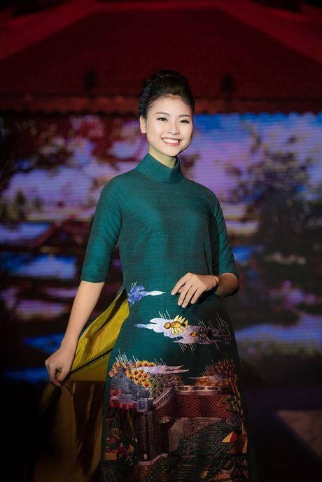 Dao Thi Ha cung dan nguoi dep HHVN 2016 hoi ngo trinh dien ao dai - Anh 3