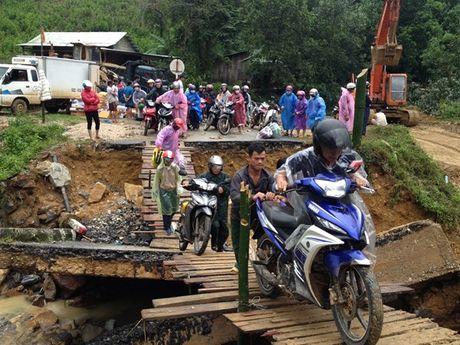 Quang Nam: Can canh huyen Nam Tra My bi co lap do mua lu - Anh 3