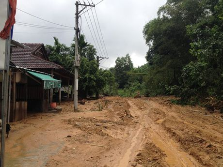 Quang Nam: Can canh huyen Nam Tra My bi co lap do mua lu - Anh 4