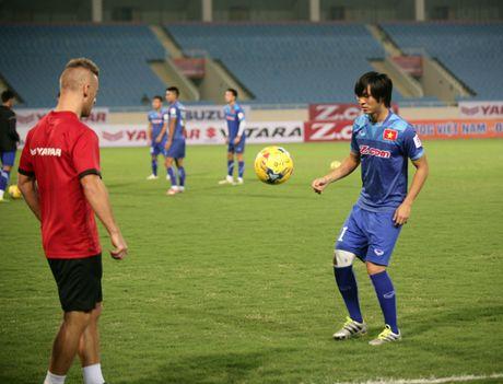 HLV Huu Thang doi gio tap, kin cua voi phong vien truoc tran gap Indonesia - Anh 1