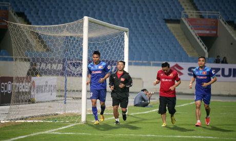 HLV Huu Thang doi gio tap, kin cua voi phong vien truoc tran gap Indonesia - Anh 3