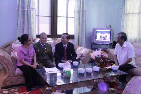 Viet kieu Lao dau tien duoc trao Huy hieu 65 nam tuoi Dang - Anh 2