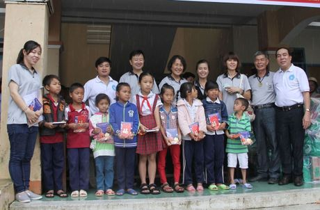 Ninh Thuan tang qua, kham chua benh nhan dao cho nguoi ngheo va hoc sinh ngheo vung lu - Anh 1