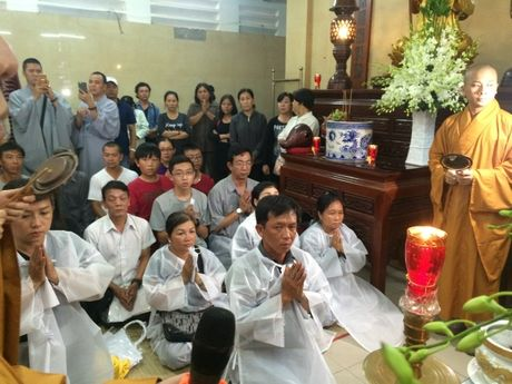 Dua linh cuu NSUT Ut Bach Lan toi chua An Quang - Anh 3