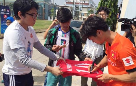 [Anh]: CDV Nhat Ban di xem tuyen Viet Nam tap, xin chu ky Cong Phuong - Anh 2