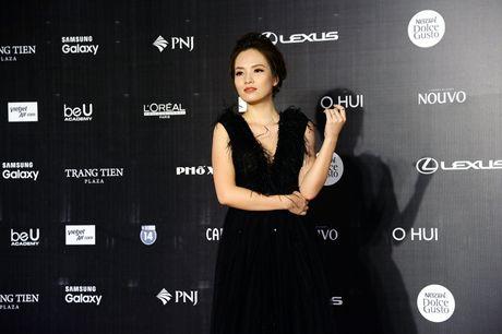 Dan Hoa hau, A hau khoe nhan sac tren tham do Tuan le Thoi trang - Anh 11