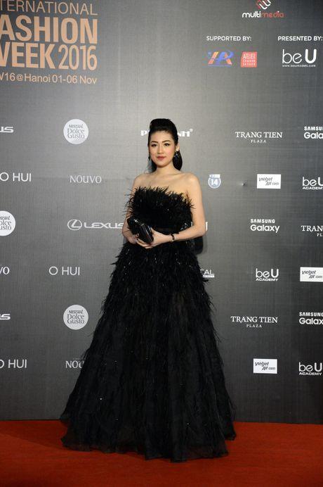 Dan Hoa hau, A hau khoe nhan sac tren tham do Tuan le Thoi trang - Anh 3